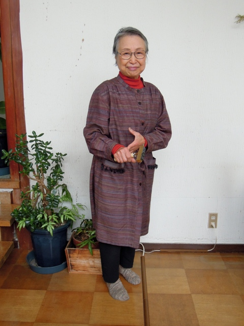 活字ホルダーをもって立つ冨澤ミドリさん