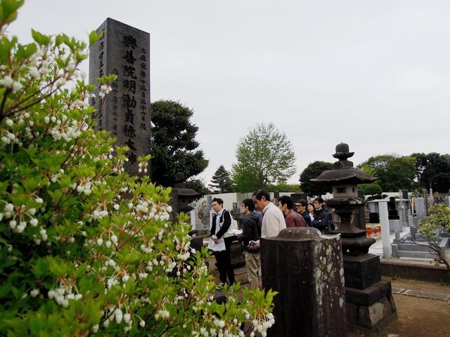 谷中霊園 平野富二墓標前。掃苔会。
