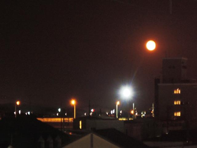 夜八時春のおぼろ月が。足利市駅。