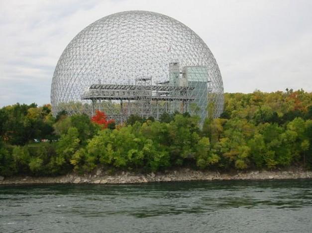 写真 : ジオデシック・ドーム(1967年モントリオール万博アメリカ館) ウィキペディアより
