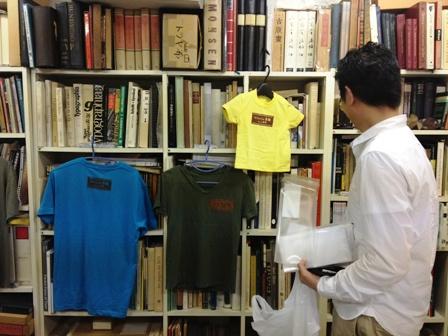 紋暢くんTシャツに驚くバッカス松尾