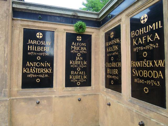 ヴィシェフラット民族墓地(Vyšehradský hřbitov)スラヴィーン(Slavín)合同霊廟のムハの霊廟アップ