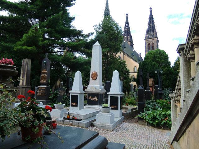 ヴィシェフラット民族墓地(Vyšehradský hřbitov)スラヴィーン(Slavín)合同霊廟の斜め前にあるスメタナの墓