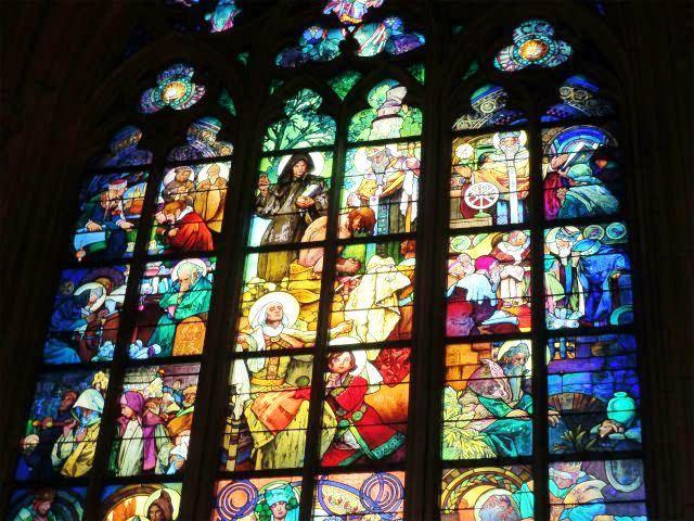 プラハ城 聖ヴィート大聖堂 ムハのステンドグラス 上部アップ