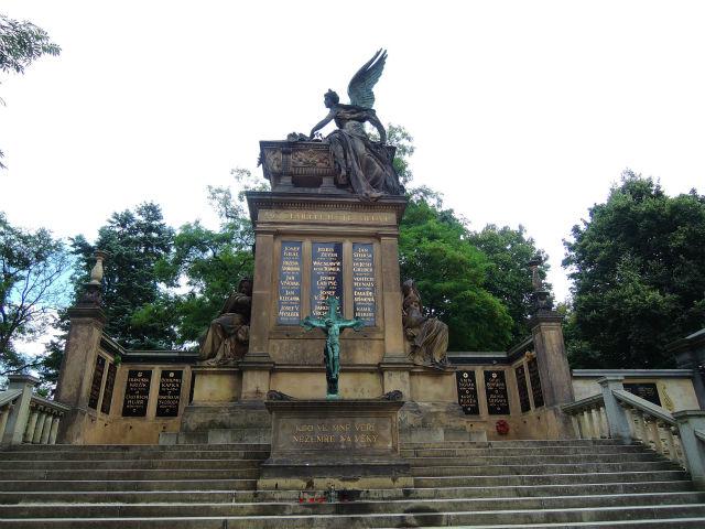 ヴィシェフラット民族墓地(Vyšehradský hřbitov)スラヴィーン(Slavín)合同霊廟