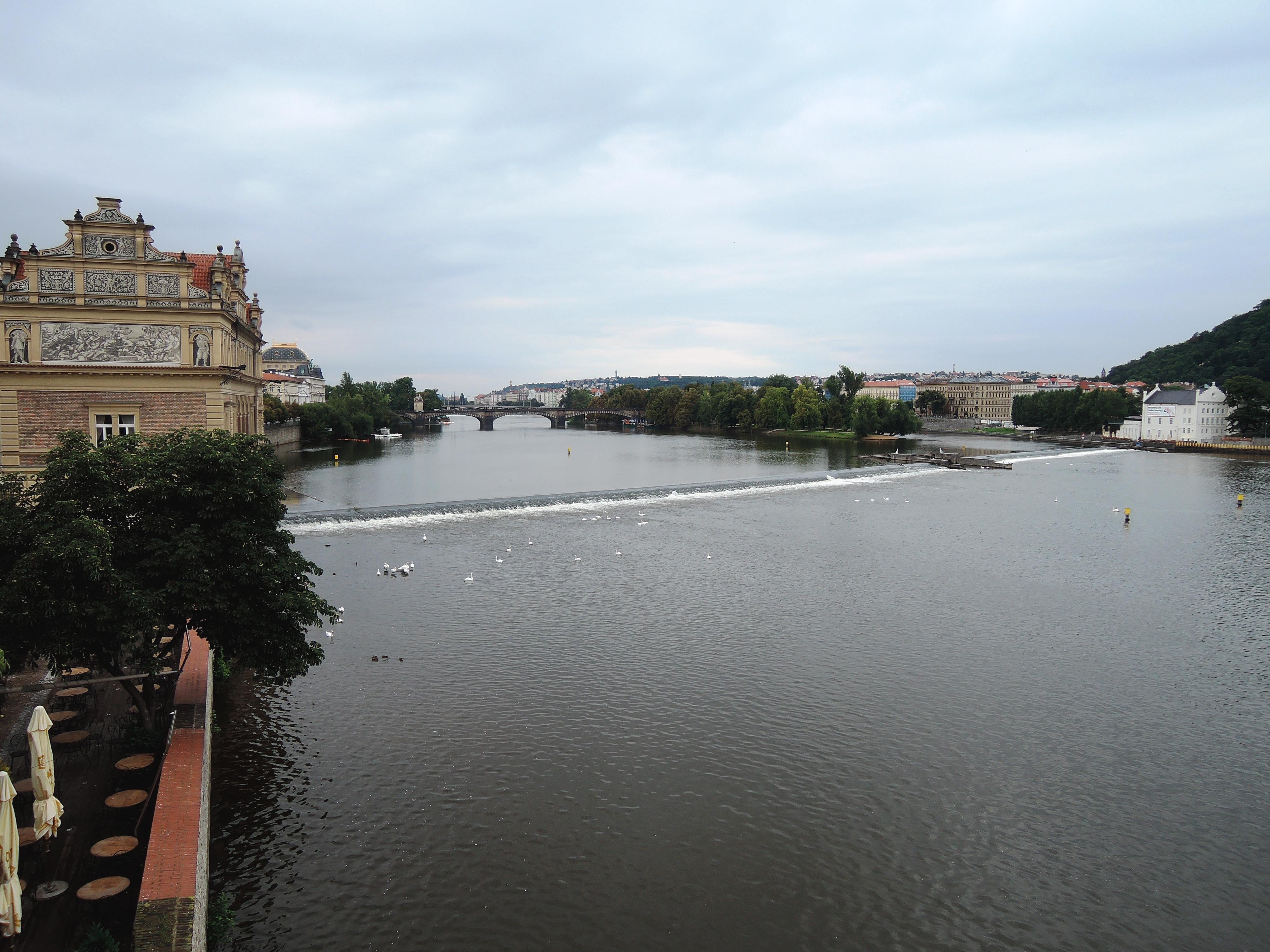 モルダウ川.(左の建物がスメタナ博物館)JPG
